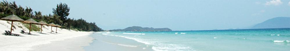 カンホアの塩専用天日塩田近くのビーチ